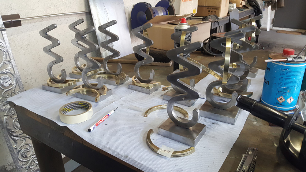 Merck Science Award (Adelheid-Merck-Preis) – Skulpturen aus brüniertem Stahl und poliertem Messing